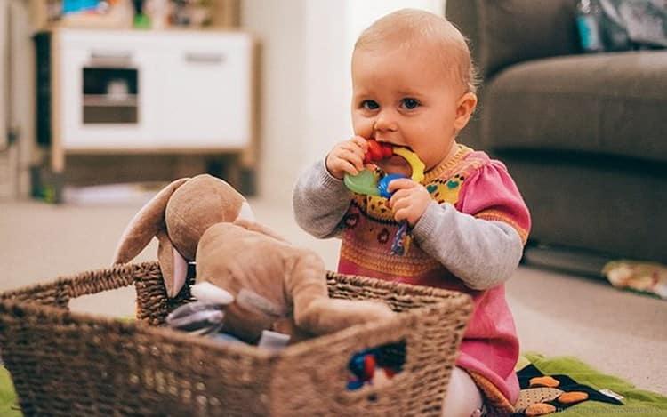 Ребенка можно отвлечь интересной игрой.