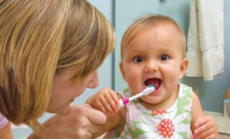 очень важно сразу же начинать ухаживать за маленькими новыми зубками крохи.