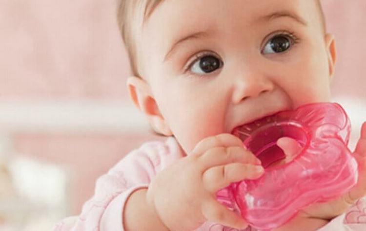 Прорезыватель зубов поможет ребенку облегчить неприятный зуд десен.
