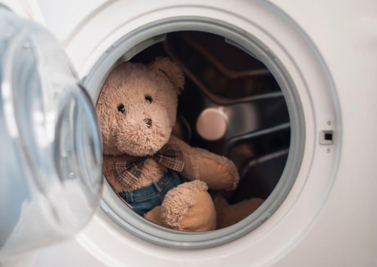 Обязательно при этом недуге надо кипятить постельное белье больного, стирать и мыть игрушки, проводить частую уборку в его комнате.