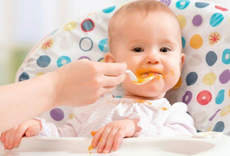 Причиной появления слизи в стуле ребенка может быть слишком стремительное либо неправильное введение прикорма, а также невосприятие организмом малыша какого-то конкретного продукта.