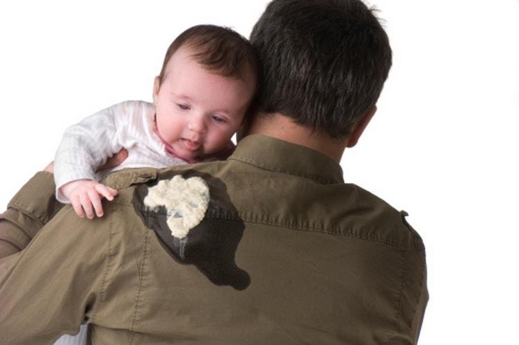 Очень важно знать, как отличить рвоту от срыгивания у грудничка, особенно если это срыгивание фонтаном у новорожденных.