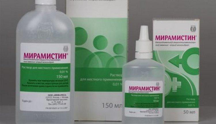 Герпесный стоматит у детей лечат местными антисептиками, а также могут назначить и протипогерпесные препараты.