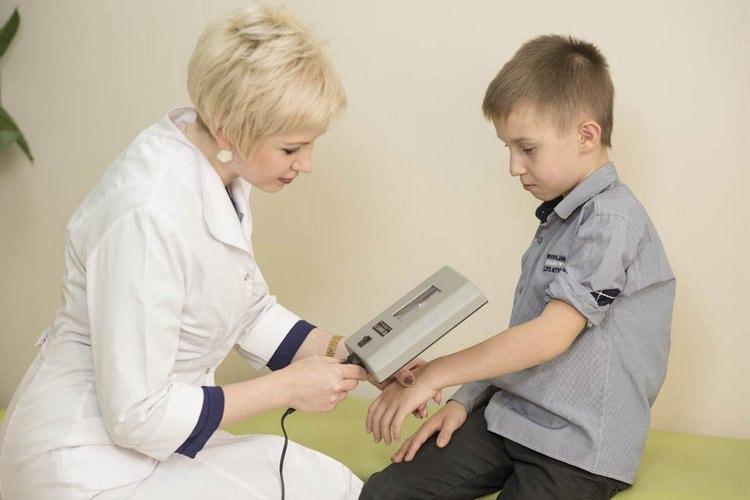 дерматолог осмотрит подозрительные участки кожи при помощи специальной лампы и при необходимости назначит лечение.