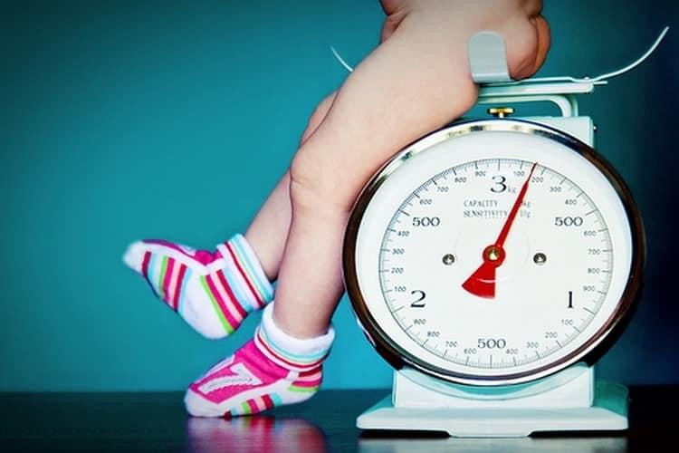 Посмотрите таблицу роста и веса ребенка до года.