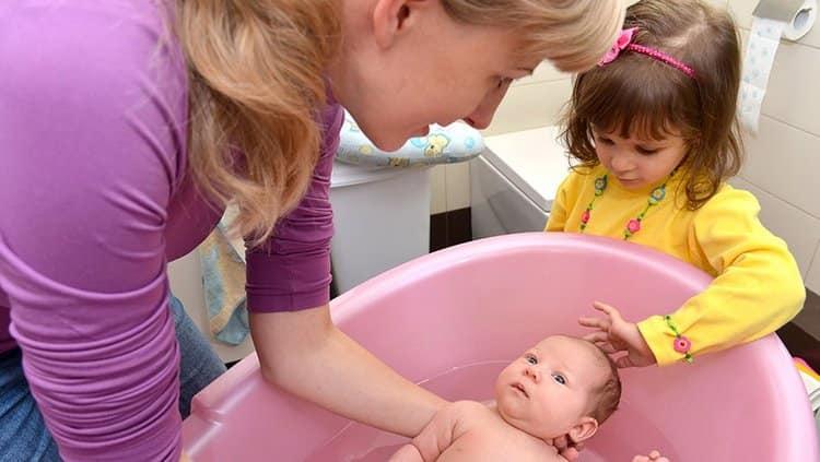 Узнайте, при какой температуре купать новорожденного ребенка.