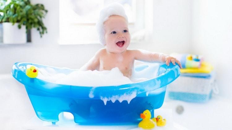Какая лучшая ванночка для купания новорожденных