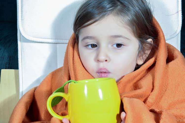 Очень важно обеспечить ребенку обильное теплое питье.