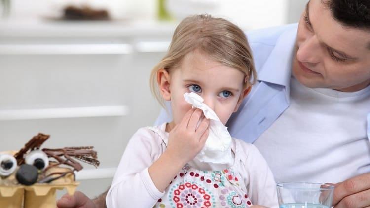 Мокрый кашель у ребенка без температуры может возникнуть из-за аллергии или насморка.