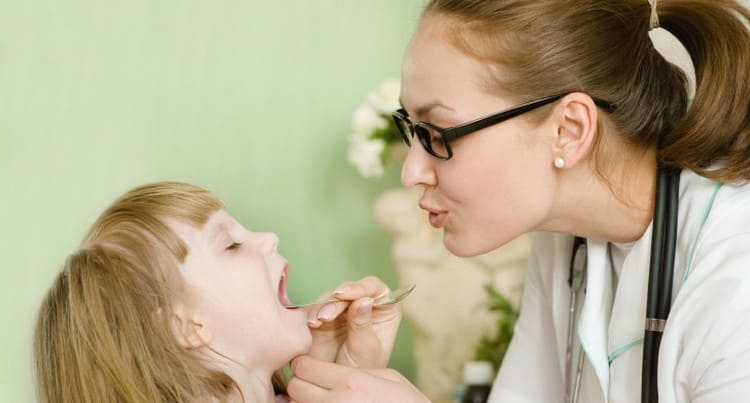 Фактически любой кашель у ребенка должен стать сигналом о том, чтобы сходить с малышом к педиатру.