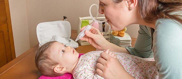 При лечении насморка можно использовать капли в нос для новорожденных и аспиратор.