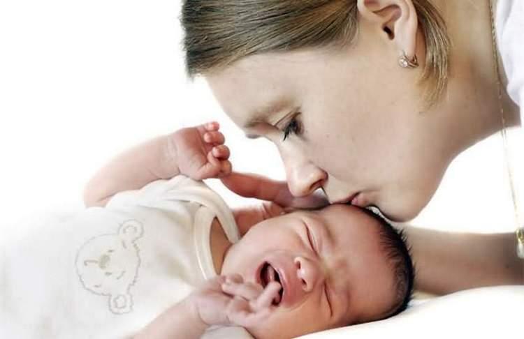 Чаще всего то, что новорожденный хрюкает носом, но соплей нет, связано с физиологией малыша и является нормой.