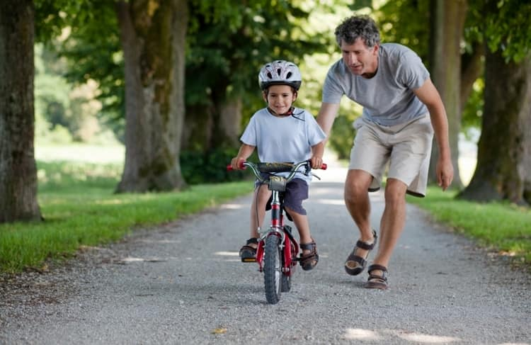 Именно в районе 5 лет детки часто учатся ездить на велосипеде или роликах, поэтому зарядка и физические упражнения становятся для них еще более актуальными.
