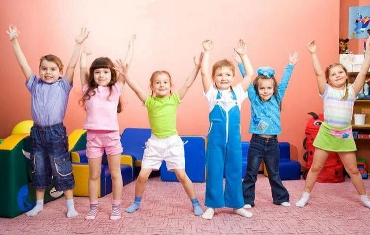 Утренняя зарядка для детей должна проводиться в легкой игровой форме.