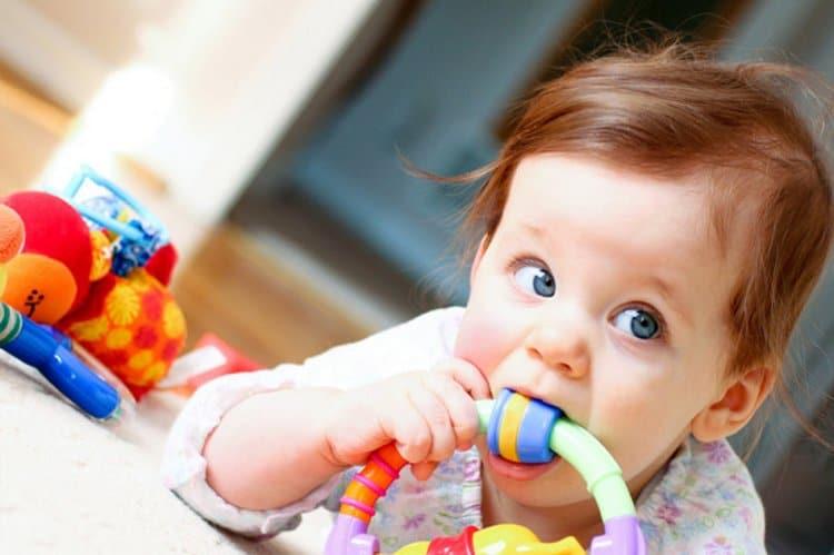 Игрушки же для малыша наоборот должны быть яркими и красочными.