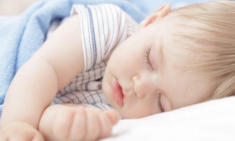 Для годовалого малыша все еще очень важен дневной сон.