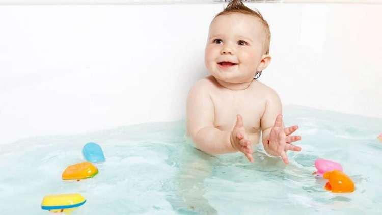 В год ребенку уже очень весело купаться.