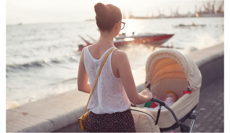 В статье вы узнаете сколько можно гулять с новорожденным летом