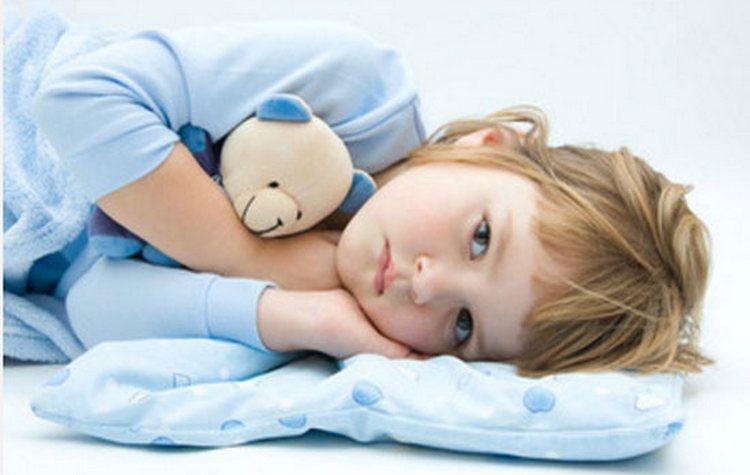Повышенный ацетон у ребенка сразу же провоцирует очень плохое самочувствие и слабость.