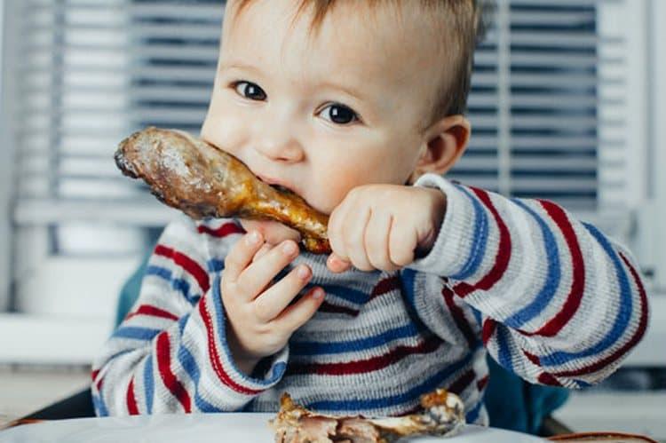 Причинами появления ацетона в моче у ребенка могут быть стрессы, чрезмерная физическая нагрузка, а также употребление жаренной и жирной пищи.