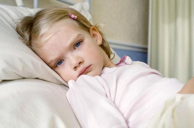 Об ацетоне у ребенка говорят такие симптомы как сильнейшая слабость, вялость, многократная рвота, температура.