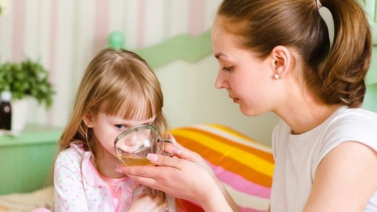 Диета при ацетоне у детей достаточно строгая, в меню обязательно надо включить много жидкости.