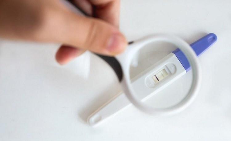 Именно после имплантации эмбриона начинает вырабатываться гормон ХГЧ, который и реагирует на тесты на беременность.
