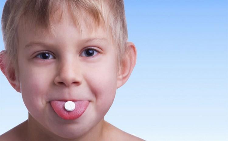 Лизобакт ребенку в 2 года дать можно, но только при условии, что малыш действительно сможет рассасывать таблетку, а не глотнет ее.