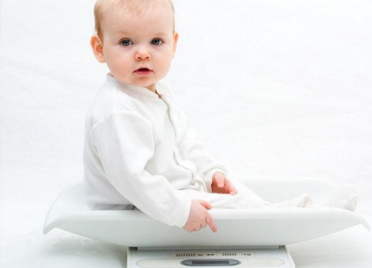 Вес ребенка в 6 месяцев уже значительно увеличился с момента рождения.
