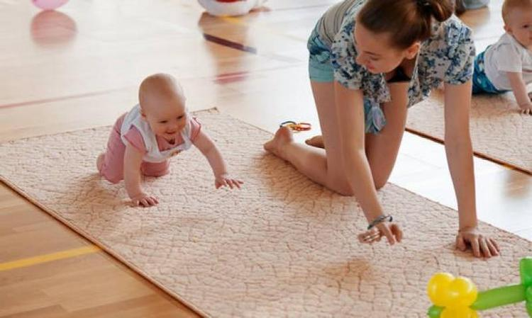 Многих родителей также интересует, как научить ребенка ползать в 6 месяцев.