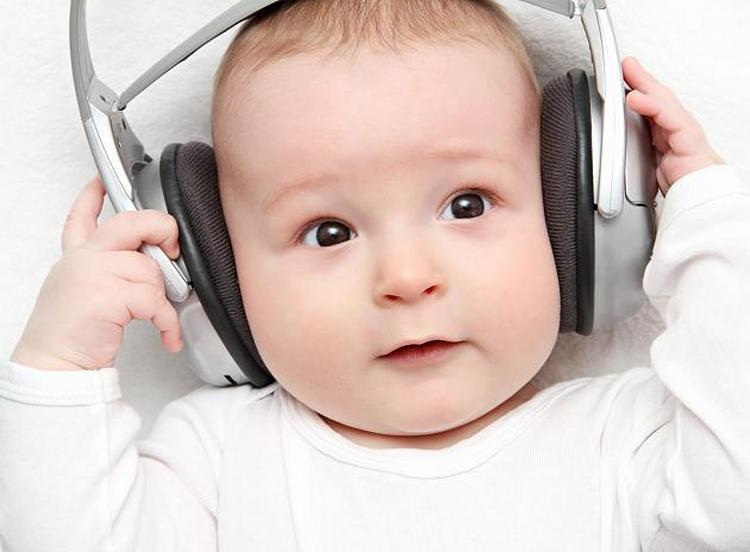 Игры с ребенком в 6 месяцев уже становятся более разнообразными, в них можно использовать музыку, различные текстурные предметы.
