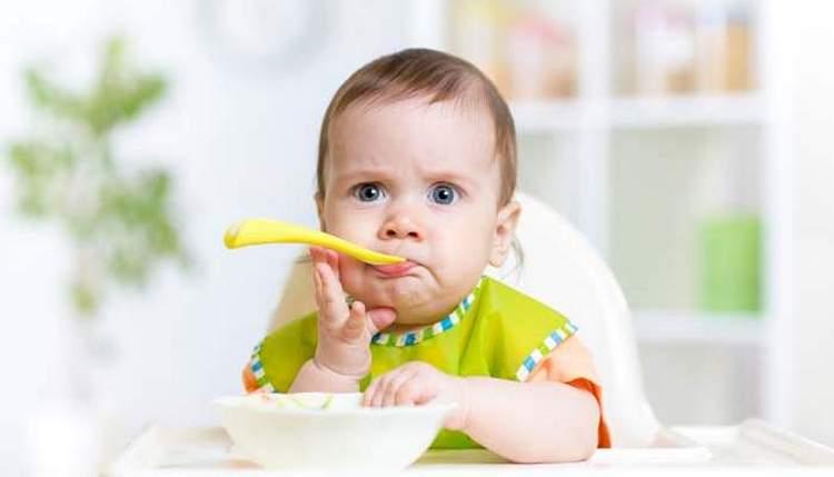 Полугодовалый малыш уже очень эмоционален, он вполне может своим видом показать, доволен он или нет.