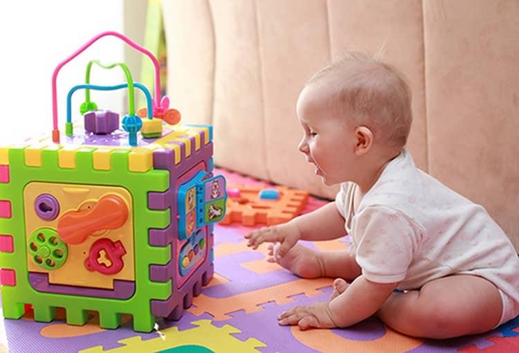 Игрушки для детей в 6 месяцев должны быть яркими, но все еще достаточно крупными.