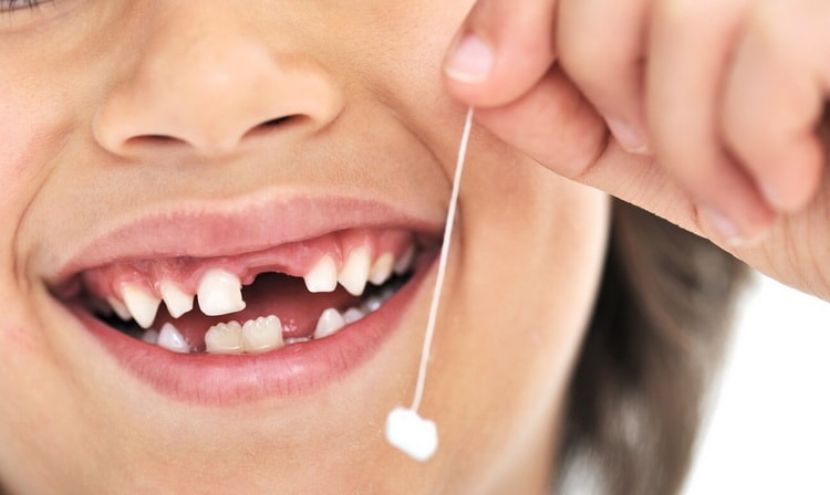 когда начинают выпадать молочные зубы у детей