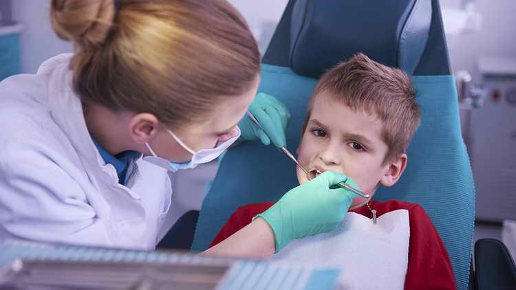 Как не травмировать психику ребенка при удалении молочного зуба
