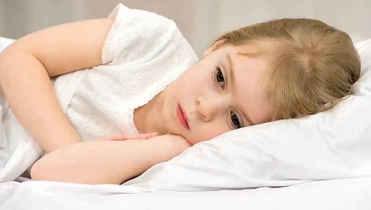 При передозировке у ребенка может наблюдаться слабость, тошнота, рвота.