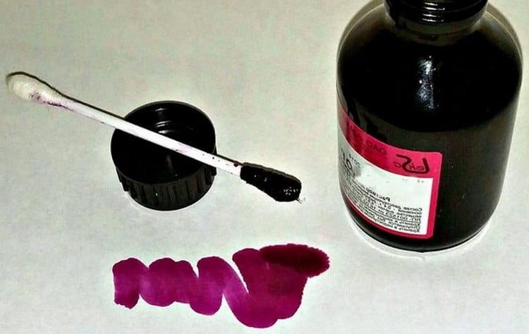 Лекарство окрашивает кожу в яркий розовый цвет.