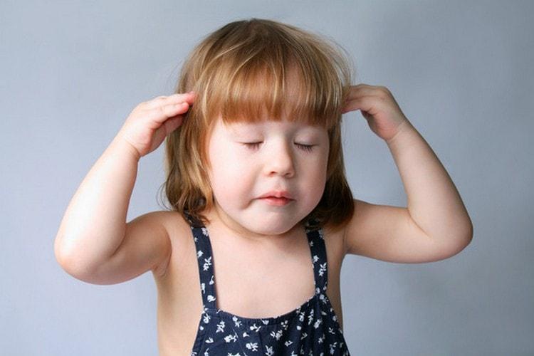 Среди побочных эффектов препарата отмечаются головные боли.