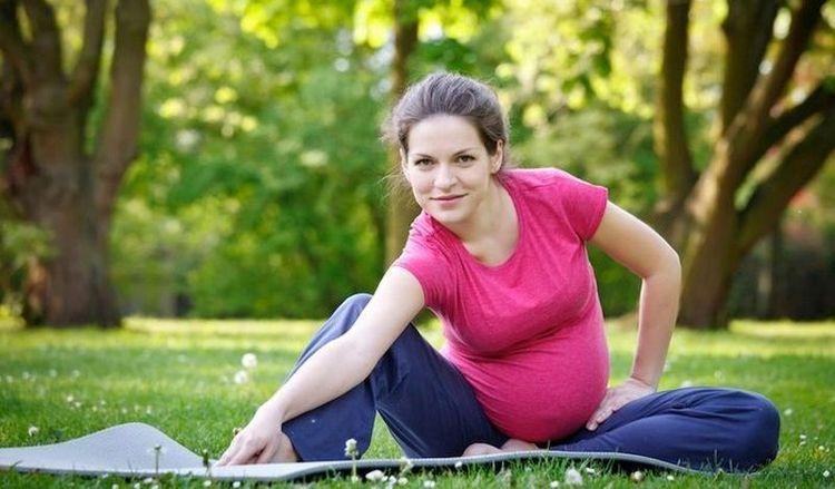 Гимнастика при беременности на 3 триместр должна укреплять, но нагружать тело.