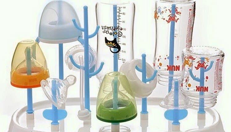 Остатки смеси после кормления обязательно нужно выливать, а бутылочки и соски мыть и стерилизовать.