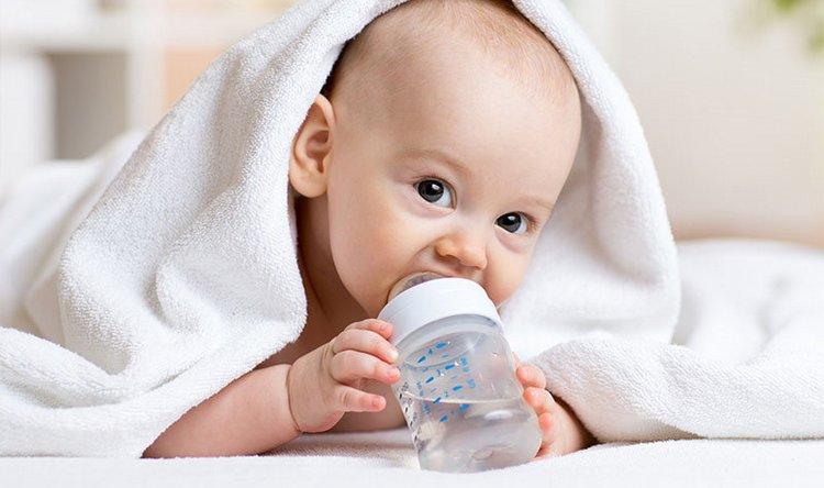 Оязательно давайте малышу воду, а не только смесь.
