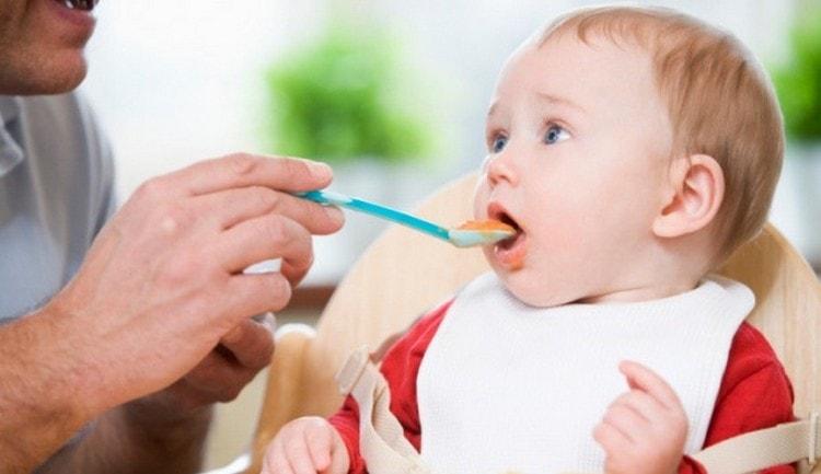 Малышам-искусственникам обычно немного раньше вводят прикорм.