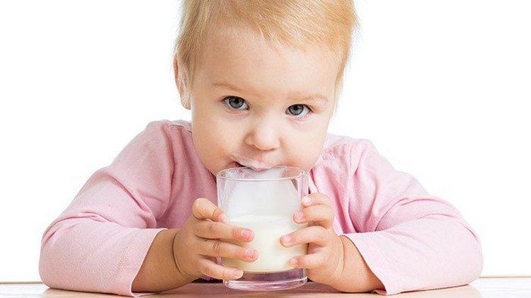 При введении прикорма следует быть предельно осторожным с молоком.