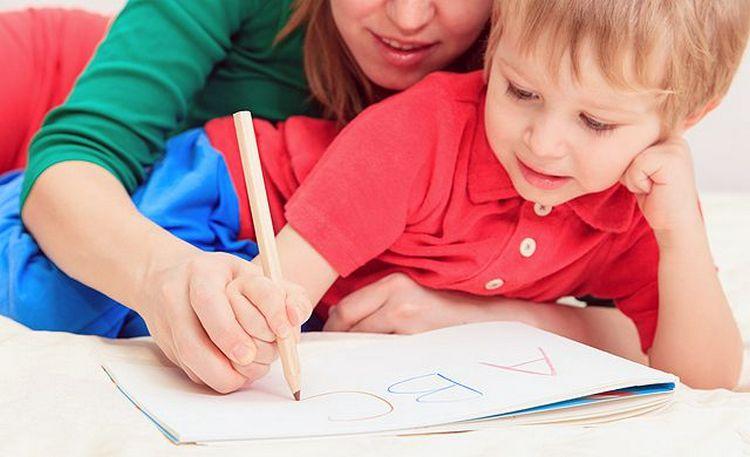 Хороший способ, как научить ребенка читать в 4 года это одновременно учиться и писать тоже.