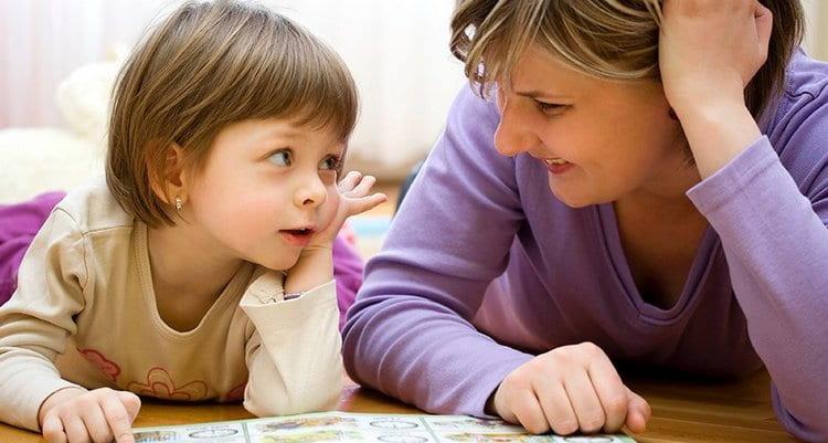 Научить ребенка читать в домашних условиях проще всего классическим способом, с книжкой и с личным контактом, а не с гаджетами.