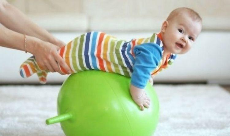 Хороший способ, как научить ребенка сидеть в 7 месяцев и укрепить позвоночник и мышцы, это упражнения на фитболе.