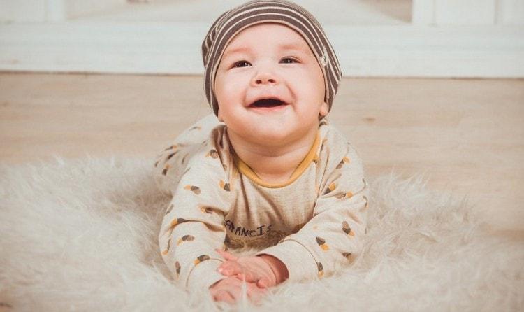 если малыш уже научился переворачиваться, это верный признак того, что он может пробовать садиться.