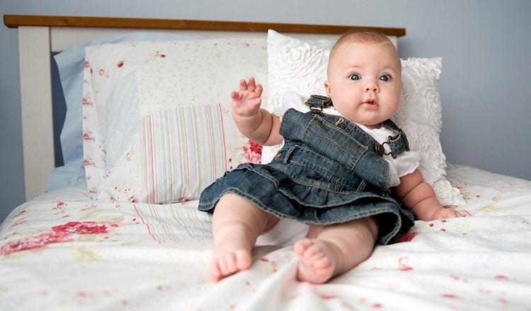 Ни в коем случае нельзя обкладывать малыша подушками, чтобы он научился сидеть, ведь так можно повредить его позвоночник.