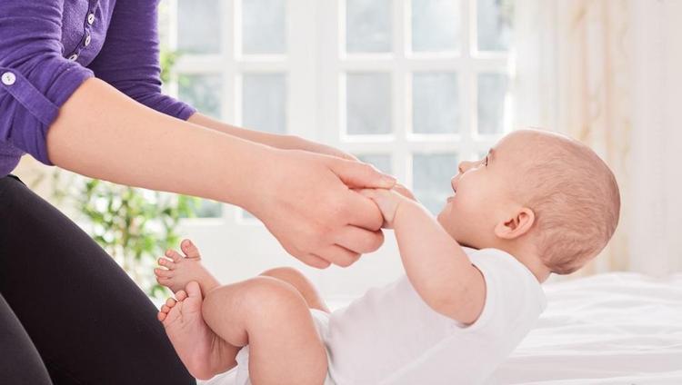 Узнайте, как научить ребенка садиться из положения лежа.