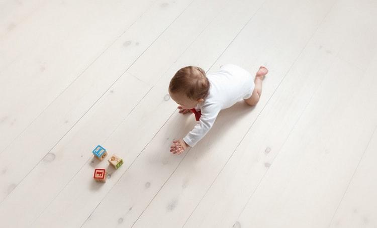 Еще один вариант, как научить малыша сидеть, это способствовать тому, чтобы он ползал.